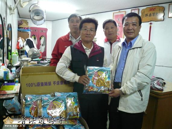 普法道濟寺捐贈澎湖法會普渡品予安南區淵中里低收入戶。
